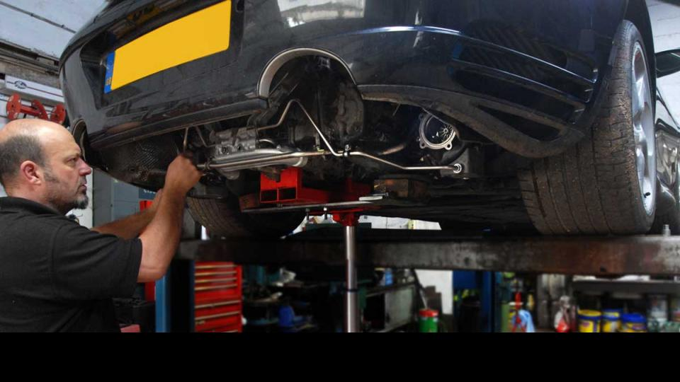 Making repairs to the Porschet 996 turbo