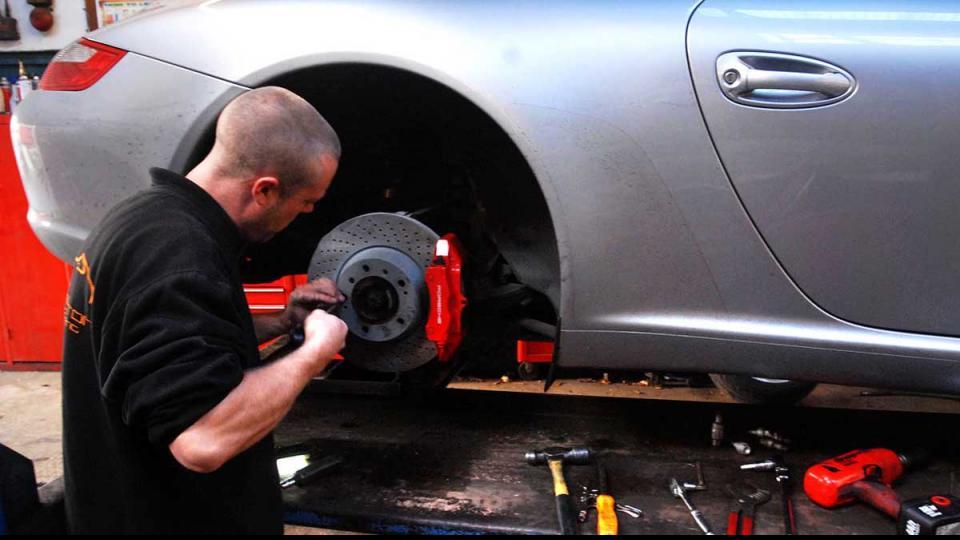 fitting and adjusting the Porsche 997 handbrake assembly