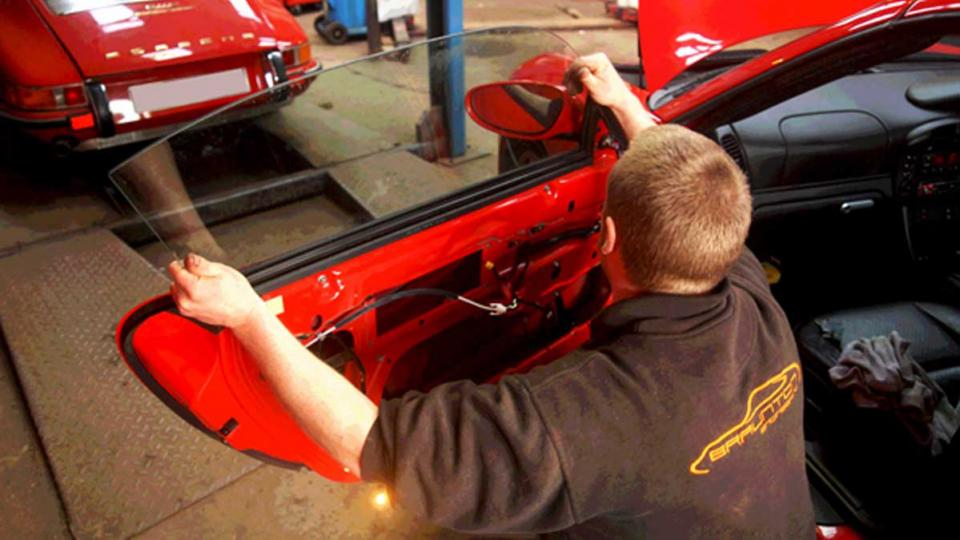 Dave fits a new window regulator mechanism to a Porsche