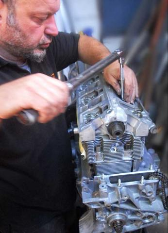 torque setting air cooled cylinder head in Porsche engine rebuild