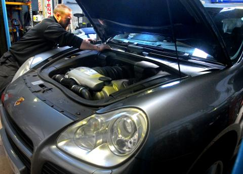 Changing the Cayenne Turbo spark plugs at Major service interval