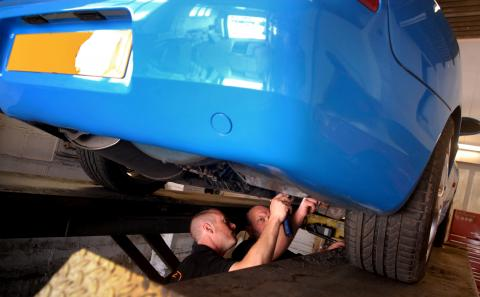 replacing the fuel filter and pipes to repair leak on the Porsche 968