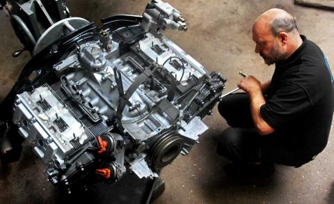 Ashley inspects the Porsche 964 engine in preparation for refit to the 911