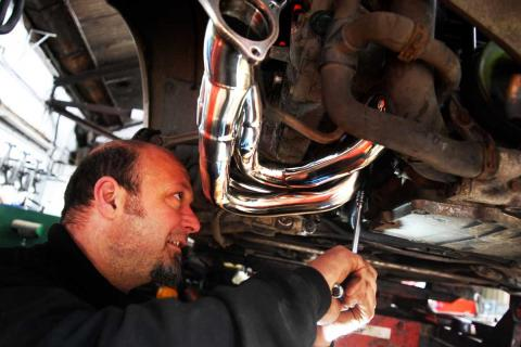 removing and replacing the Porsche 911 exhaust manifold
